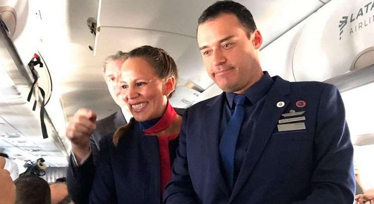 El papa Francisco casa a pareja chilena a bordo de avión