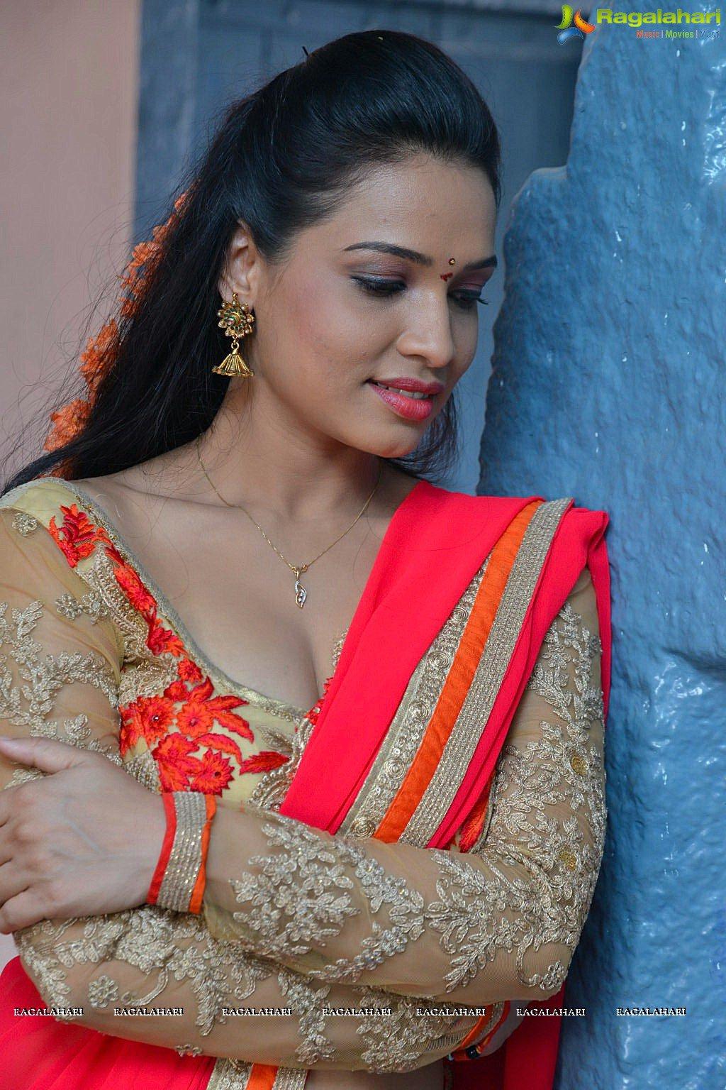Anasuya boobs cleavage - 2 6