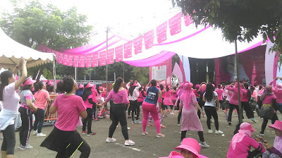Berbagai komunitas perempuan, penuh semangat mengikuti Zumba sejak pukul 07.00