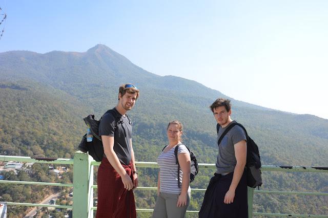 En haut du Mont Popa, on pose !