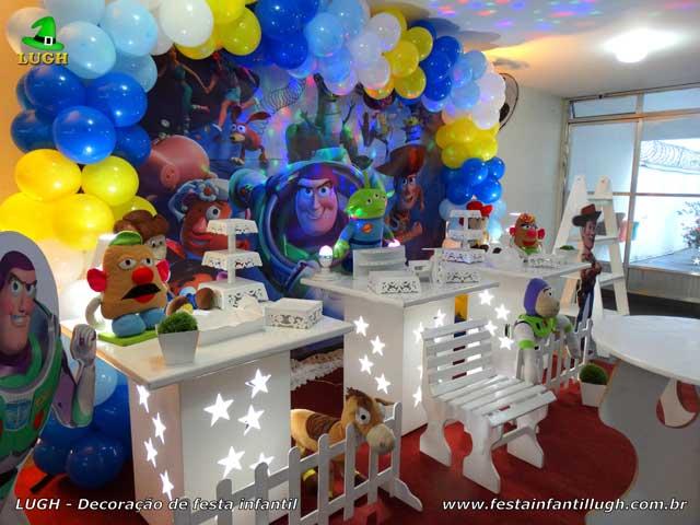 Mesa de tema Toy Story rpovençal para festa de aniversário infantil