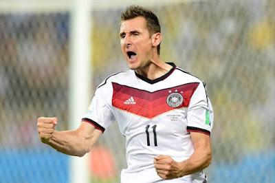 Klose merayakan gol