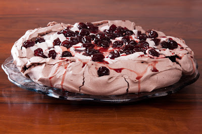 Шоколадова торта Павлова със сладко от череши