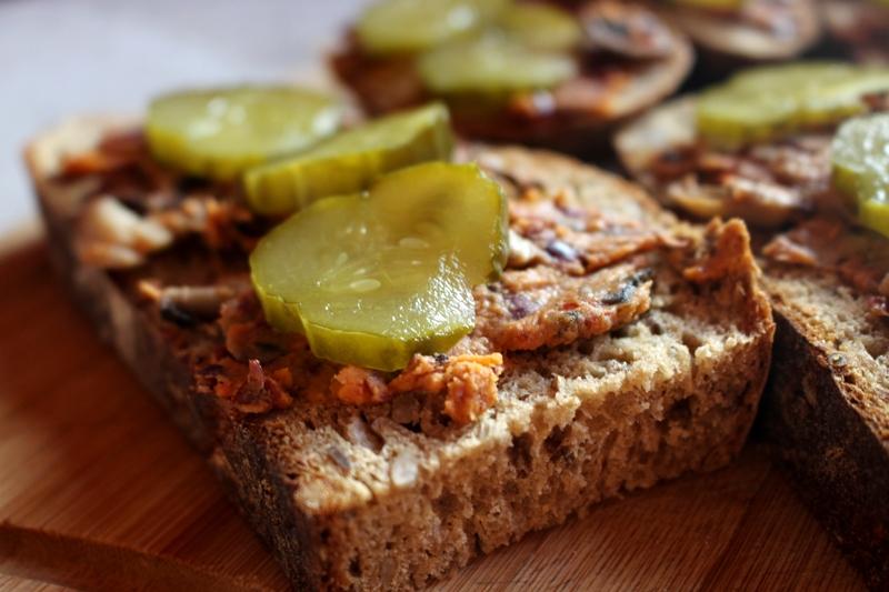 veganza pasta z pieczarek i fasoli; weganizm; co do chleba; wegańskie kanapki