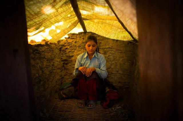 Percaya Menstruasi Membawa Sial, Gadis Ini Diasingkan di Kandang Hewan Hingga Tewas!