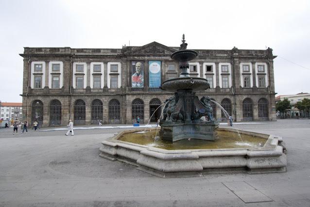 Piazza con fontana-Porto
