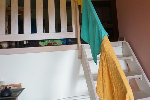 suszenei tetry bambusowej na balustradzie
