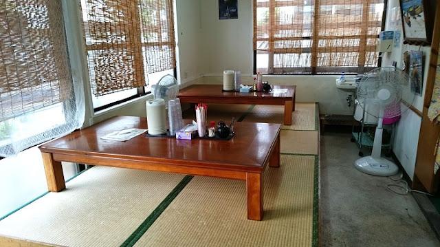 沖縄そば まるやすの座敷席の写真
