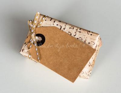 Paquete envuelto con papel decorativo y etiqueta kraft
