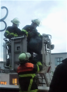 Feuerwehr entsorgt Müllsack