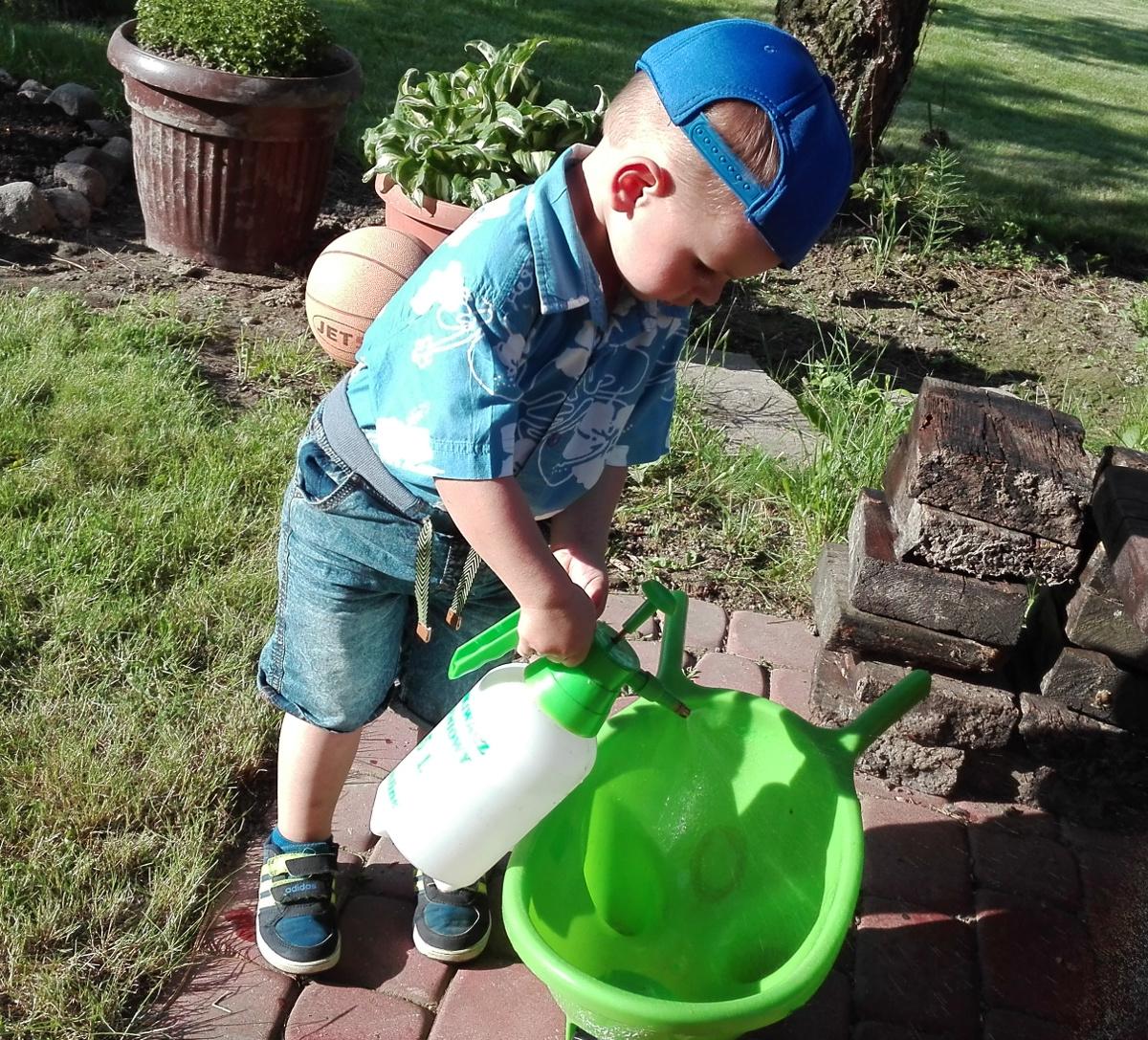 podlewanie ogród przez dziecko