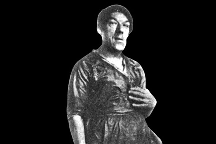 Ürkütücü görünmesi adına Mary'e erkeksi elbiseler ya da anormal görünmesini sağlayan giysiler giydiriyorlardı.