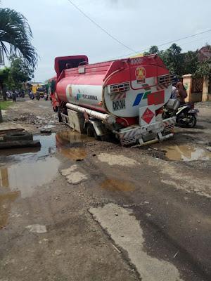 Mobil Pertamina Amblas di Jalan Karasak -Cilamaya akibat Jalan Rusak Parah
