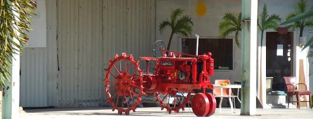 Tractor antiguo en uno de tantos comercios dedicados a la agricultura en la zona