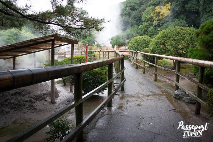 Chemin bordé de barrières en bambou, Bôzu Jigoku, Beppu, Oita