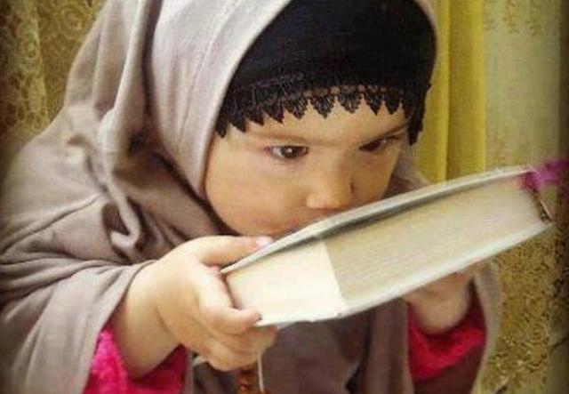 Membiasakan Anak Mencium Mushaf Al-Quran, Apakah Hal Ini Dibenarkan?