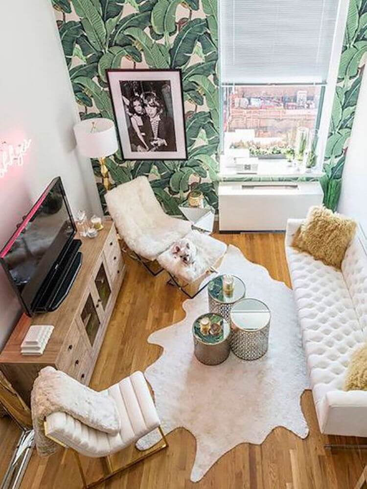 salón pequeño con papel pintado de motivos tropicales