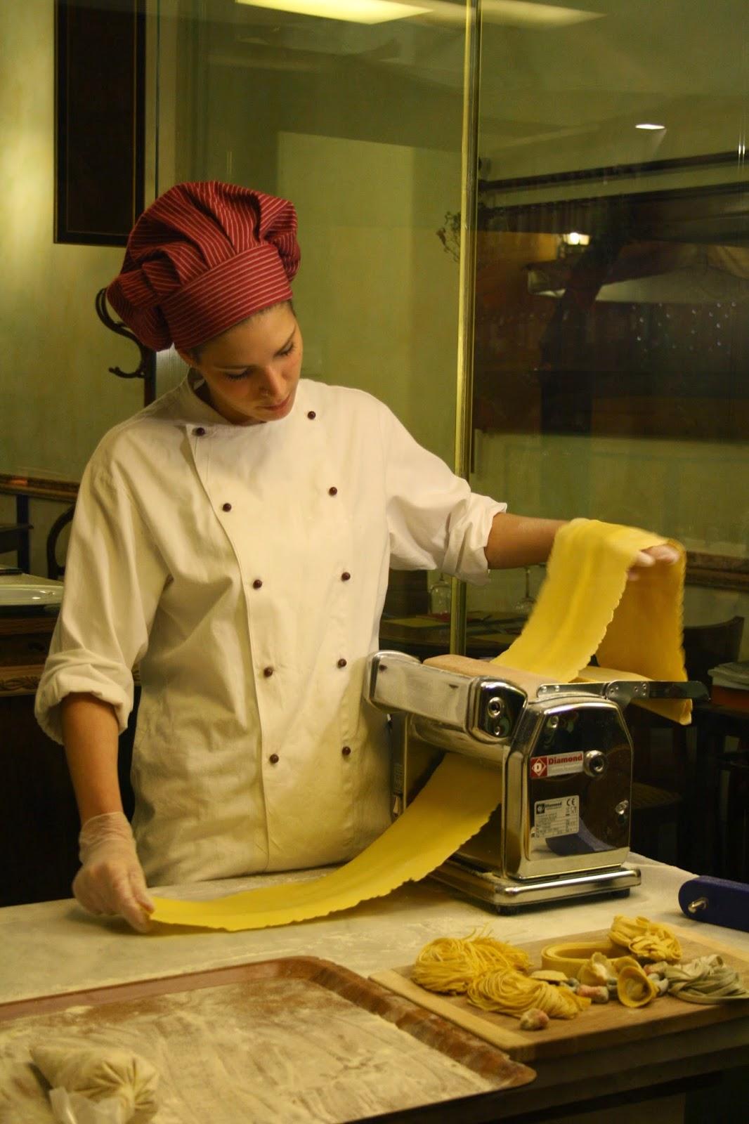 Cocinera elaborando pasta de forma artesanal en un restaurante de Florencia