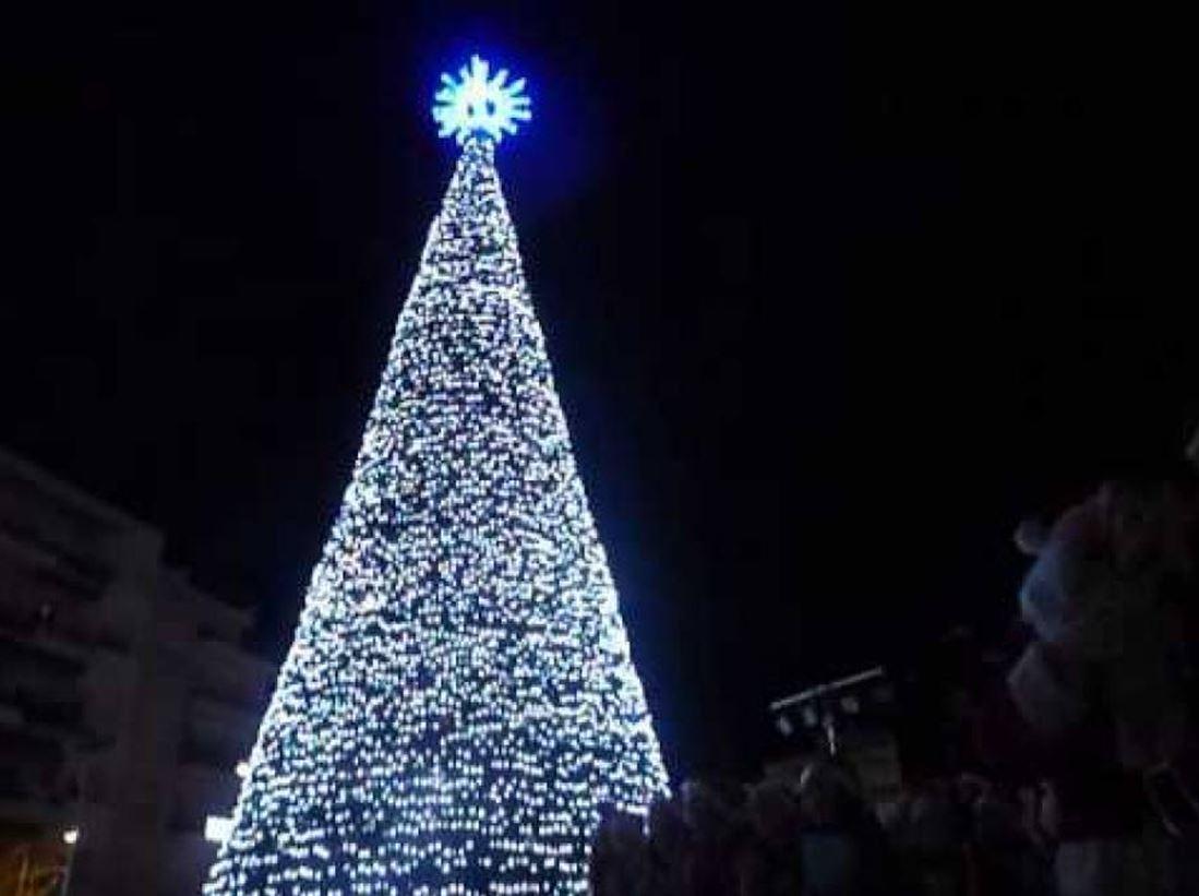 Ανάβει το Χριστουγεννιάτικο δένδρο στον Πέρα Μαχαλά στη Λάρισα