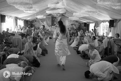 Paramahamsa vishwananda wchodzi do namiotu