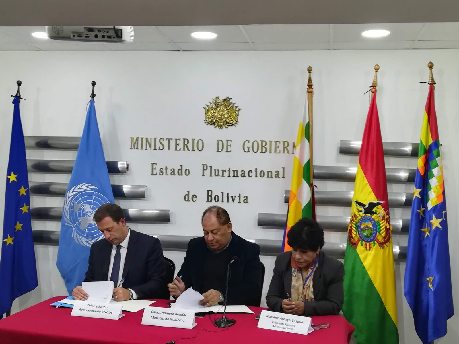 Firma entre Thierry Rostan, Carlos Romero y Marlene Ardaya / ABI