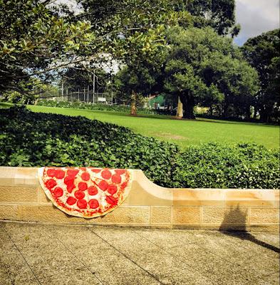 Toalla gigante en forma de pizza
