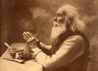 Ηλικιωμένος άνδρας προσεύχεται. Ακολουθεί το κείμενο: Αχ να γεννιόμουν ένας απλός μουζίκος, τότε θα 'χα ένα μεγάλο χαρούμενο πρόσωπο: δεν θα πρόδιδα στους δαίμονες μου, εκείνο που δύσκολα τα σκέφτεσαι, εκείνο που απαγορεύεται να πεις…  Και μόνο τα χέρια θα γέμιζαν από την αγάπη και την υπομονή μου, - την μέρα όμως θα δούλευαν πολύ και τη νύχτα θα σταύρωναν για να προσευχηθώ. Κανείς γύρω μου δε θα 'ξερε ποιος είμαι. Γέρασα, και το κεφάλι μου κρέμασε προς τα κάτω, στα στήθη μου, και μάλιστα πολύ. Σα να μου φαίνεται πιο ελαφρύ. Τότε κατάλαβα που πλησιάζει του αποχωρισμού η μέρα, κι άνοιξα, σα βιβλίο, τα χέρια μου και τα απώθησα στα μάγουλα, το στόμα και το μέτωπο…  Άδεια θα τα πάρω και θα τα βάλω στο φέρετρο, - στο πρόσωπο μου όμως τα εγγόνια θα αναγνωρίσουν όλα όσα ήμουν… παρόλα αυτά όμως δεν είμαι εγώ• Στα χαρακτηριστικά αυτά είναι χαρές κι οι λύπες μου τεράστιες και ανυπόφορες για μένα: αυτό είναι το αιώνιο πρόσωπο της εργασίας.