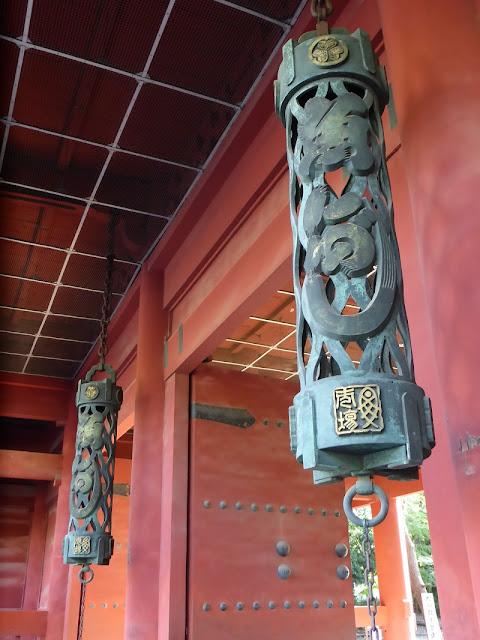 Contrapesos en la puerta de entrada del templo Zojo-ji