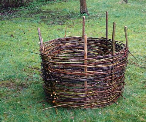ถังขยะเก็บเศษใบไม้ทำจากเศษกิ่งไม้