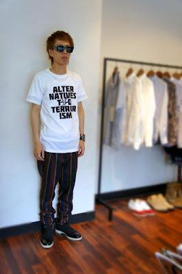JOHN LAWRENCE SULLIVANのサングラスとトラウザーズにTHE SULLIVANSのTシャツとNITのウイングチップシューズを合わせたコーディネート写真