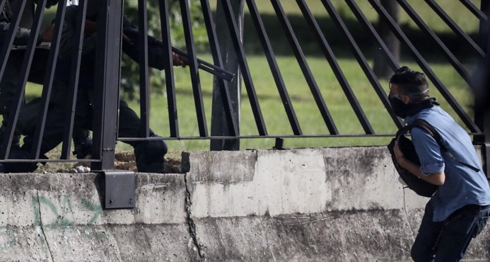 Imágenes captan el momento en que joven muere por disparos de guardia venezolana