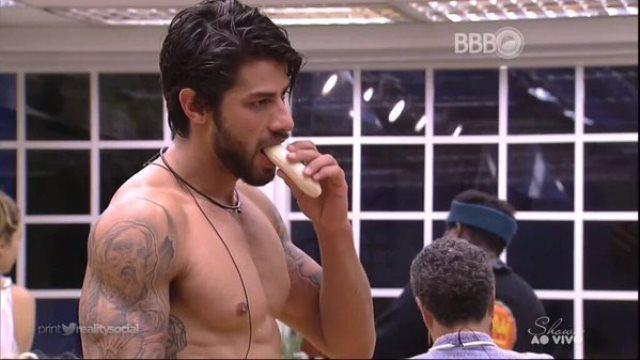 Renan Oliveira comenndo banana