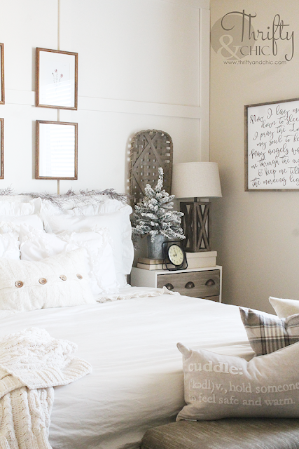 Farmhouse Christmas bedroom decor and decorating ideas. White Christmas decorating ideas. Farmhouse Christmas decor