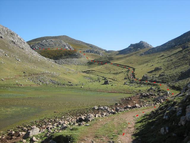 Rutas Montaña Asturias: Pequeña laguna cerca de Casa Mieres en la ruta a Peña Ubiña