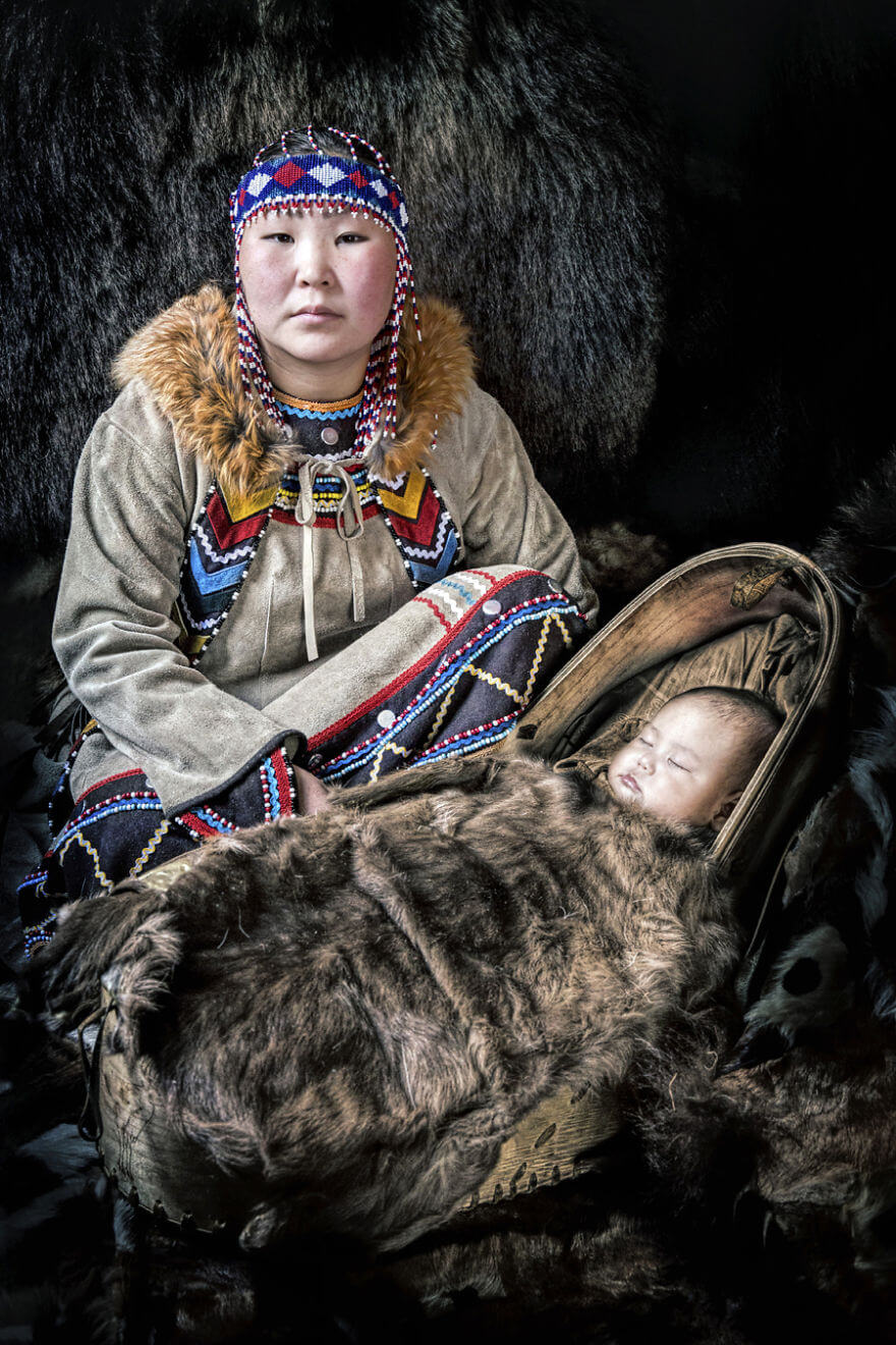 He Traveled 25000 Km In Siberia To Capture The Beauty Of Its Indigenous People With His Camera. The Pictures Are Breathtaking! - Evenki Mom With Baby