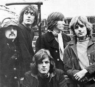 Fotografía en blanco y negro de Pink Floyd en 1968. En ella aparecen: Gilmour, Mason, Barrett, Waters, Wright