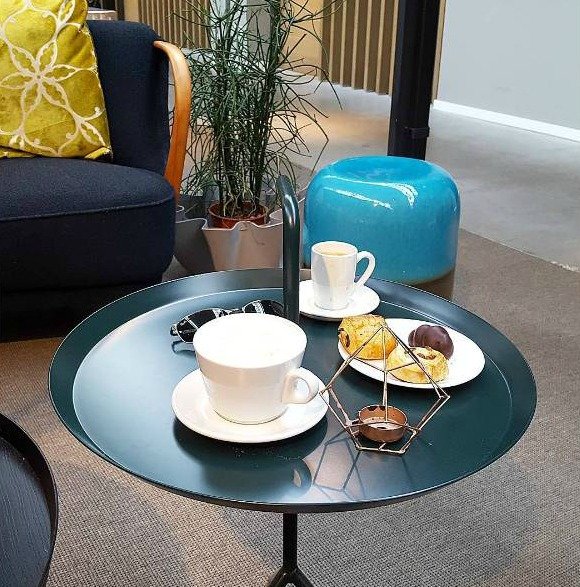 פינת ישיבה וקפה במלון HOTEL DE HALLEN