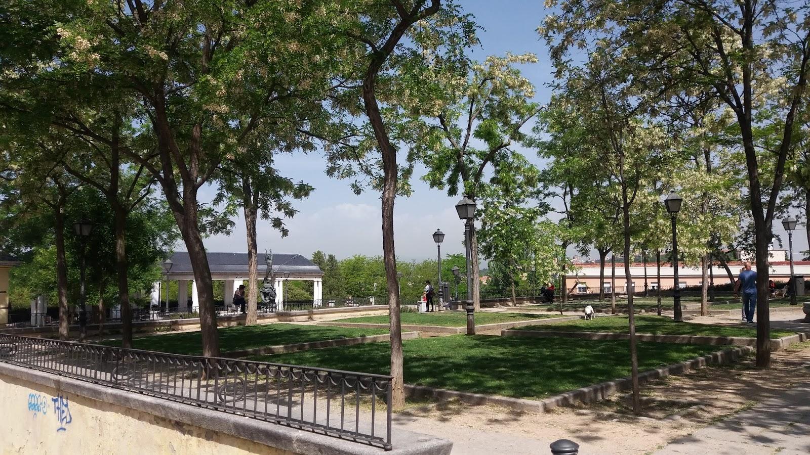 Madrid con encanto la plaza de las vistillas for Jardines de las vistillas