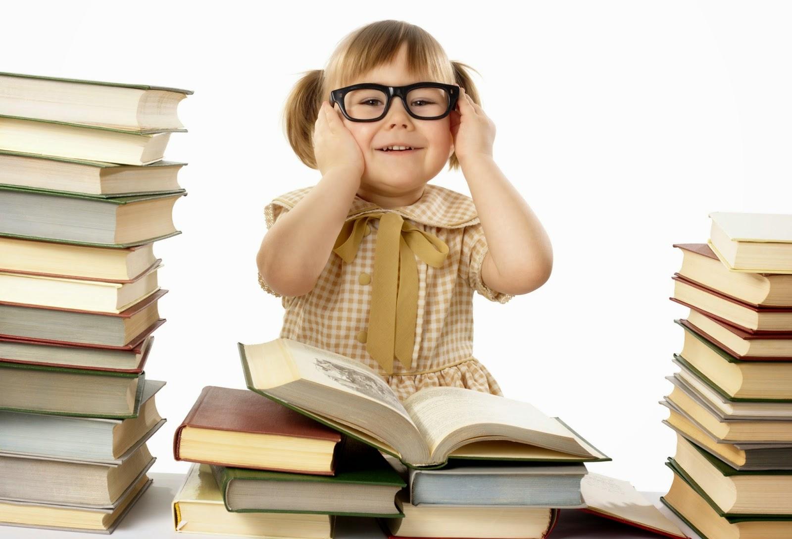 Foto anak kecil baca buku gratis