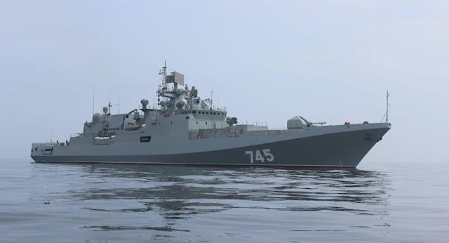 Fragata Admiral Grigorovich carrega mísseis de cruzeiro Kalibr, o equivalente russo aos americanos Tomahawk, usados no ataque 'indiscriminado' dos EUA à base aérea na Síria