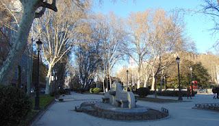 Vista del paseo hacia la p'laza de Cibeles,que ofrece en primer plano vista de una fuente de granito y al fondo el edificio del Ayuntamiento.