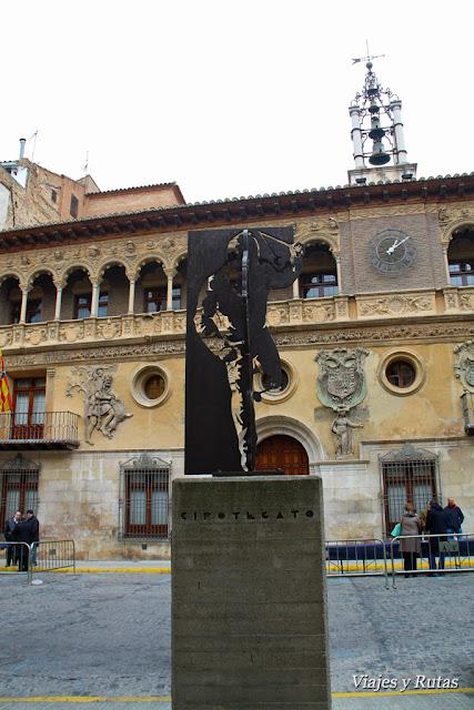 Cipotegato frente al ayuntamiento de Tarazona