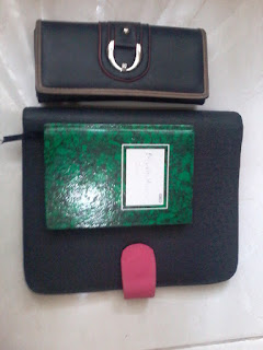 (4) Dompet, binder, dan buku kecilnya Muthi Haura
