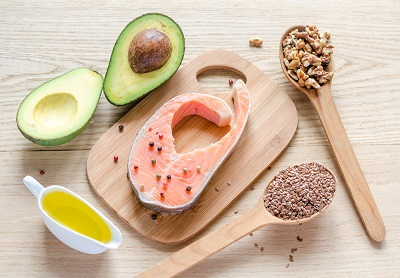 alimentos que contienen grasas monoinsaturadas como salmón o aguacate