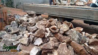 Pedra para parede de pedra, com pedra moledo, nesse tom de cor de pedra marrom mesclado, pedras com tamanhos variados. Pedra apropriadas para construção de paredes de pedra tipo duas faces.