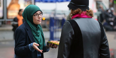 Menolak Melepaskan Jilbab, Walikota Jerman Pecat Pengungsi Muslimah Palestina