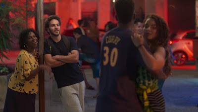 Desafiado por Zeca (Elam Lima), Ramon (David Junior) tira Francisca (Gabriela Moreyra) para dançar — Foto: Globo