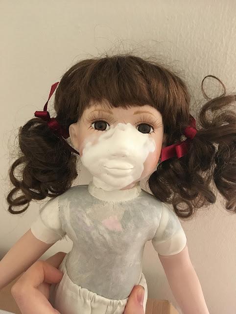 boneca de porcelana com biscuit na metade do rosto