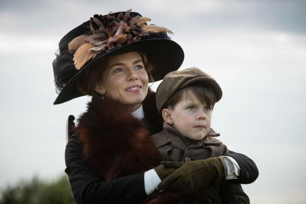Nina Fawcett (Sienna Miller) et son fils cadet Brian (Daniel Huttlestone) dans The Lost City of Z