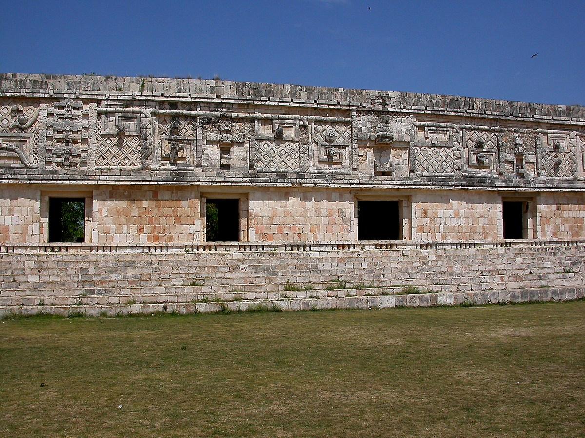 Façade ouest de Monjas : sobriété des lignes, décorations entrelacées.